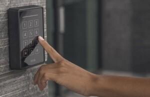 Veilige RFID-reader met keypad als aanvulling op toegangscontrolesystemen van Axis